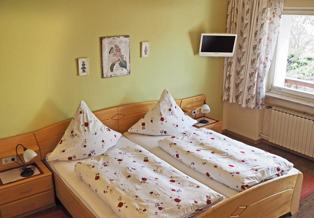 Doppelbett mit TV